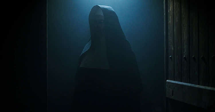 Recensione di The nun (2018), una scena del film con Bonnie Aarons